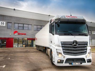 """""""Girteka"""" ieško vežėjų Lenkijoje. Įmonė turi tiek daug krovinių, kad pati nesugeba juos gabenti"""