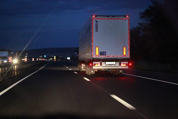 Ingeniosos policías utilizan un truco para evitar el robo de carga de los camiones