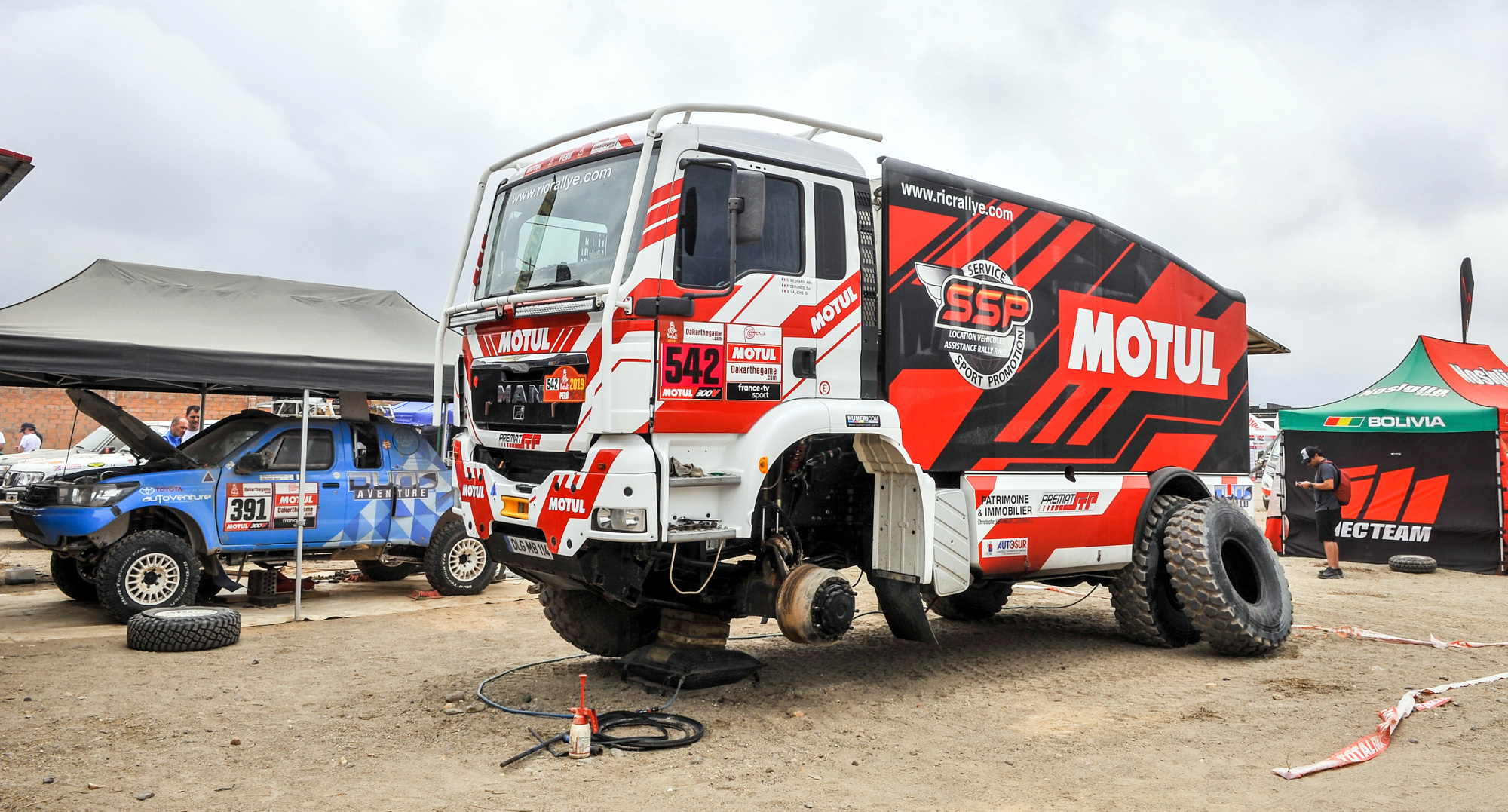 542 BESNARD Sylvain (fra); LALICHE Sylvain (fra); DERONCE Florence (fra); Man; Team SSP; Motul; Truck; Camion; mecaniciens mechanics during the Dakar 2019; Rest day Arequipa; peru; on january 12 - Photo DPPI