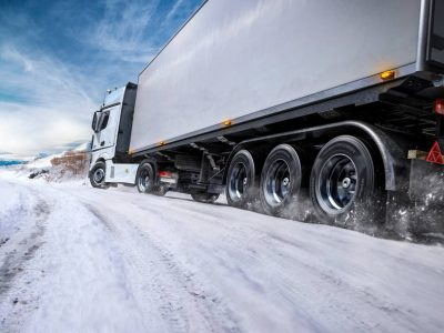 Restricții de trafic pentru camioane în Marea Britanie și Franța din cauza condițiilor meteo
