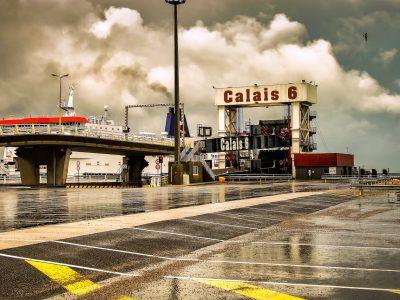 Warteschlangen von LKW in den Häfen von Calais und Dünkirchen aufgrund eines Streiks der französischen Zollbeamten.