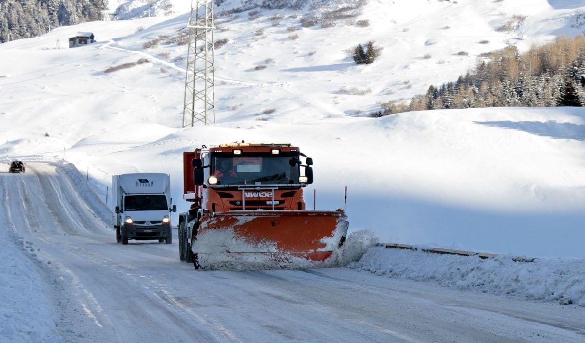 ADAC Truckservice:Eisplatten auf LKW-Dächern vermeiden