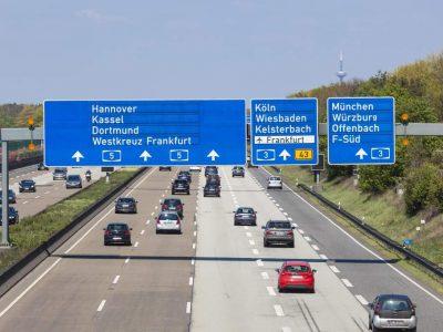 Germania: Sancțiune de sute de euro și suspendarea permisului pentru o lună pentru circularea pe banda de urgență