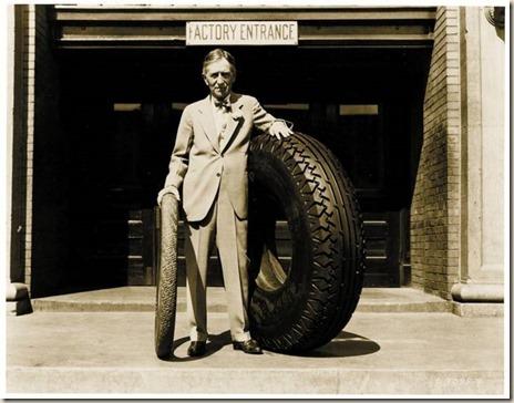 Harvey Firestone z superbalonową oponą przeznaczona dla autobusów i samochodów ciężarowych.