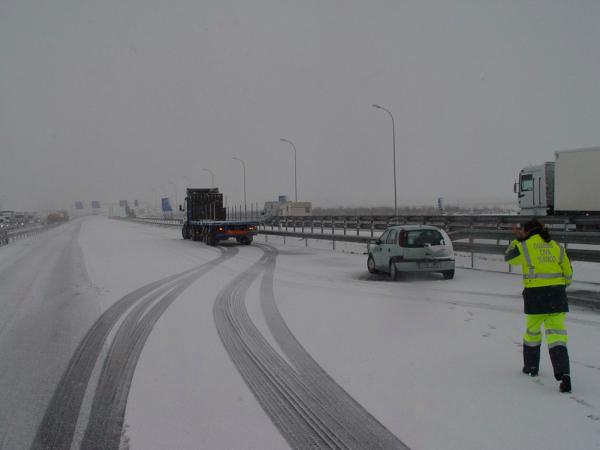 Fatalne warunki pogodowe w Hiszpanii. 150 odcinków dróg zamkniętych dla ciężarówek