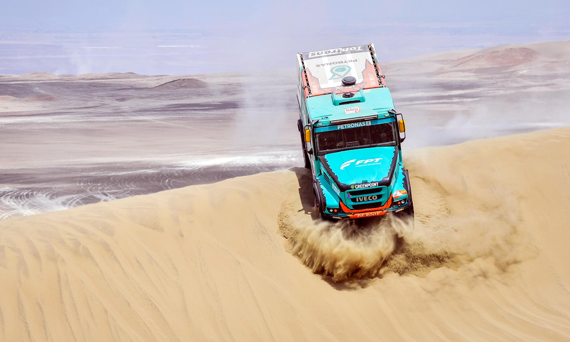Śnieg, mróz i lód to warunki z jakimi muszą się zmagać teraz kierowcy ciężarówek na wielu europejskich drogach. Tymczasem zawodnicy jadący truckami w rajdzie Dakar, stają przed zupełnie innymi wyzwaniami – odcinki trasy prowadzące przez peruwiańskie pustynie wymagają także opanowania i ogromnej koncentracji. Wjazd i zjazd z piaszczystego zbocza to nie przelewki. Fot. ASO/DPPI