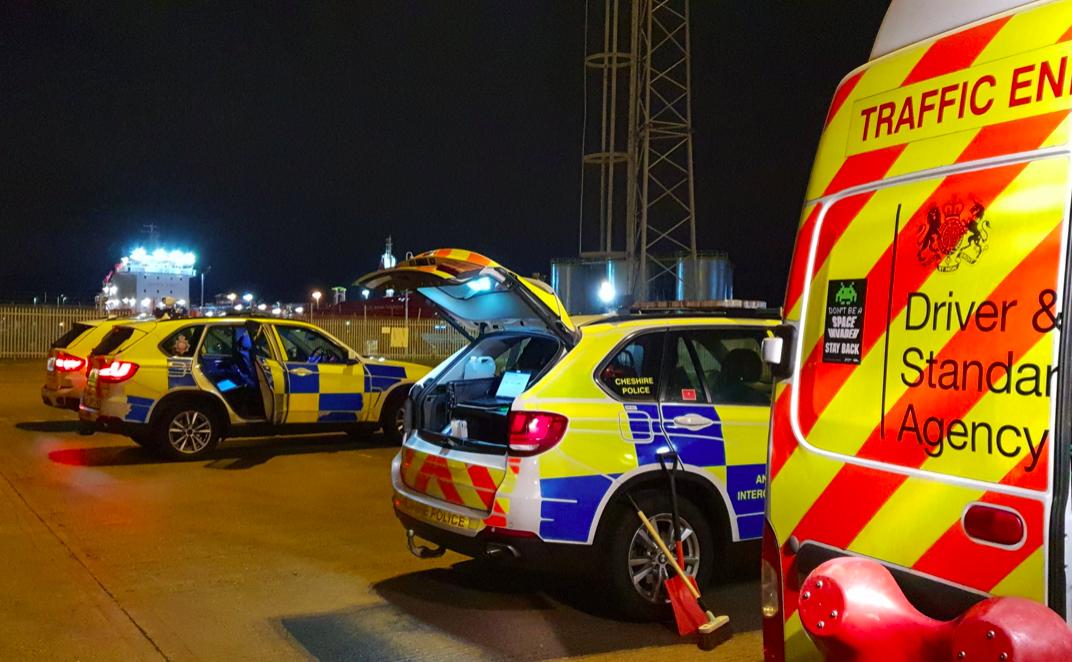 Mandaty za firankę w oknach ciężarówek w Wielkiej Brytanii. Czy DVSA faktycznie poluje na kierowców?