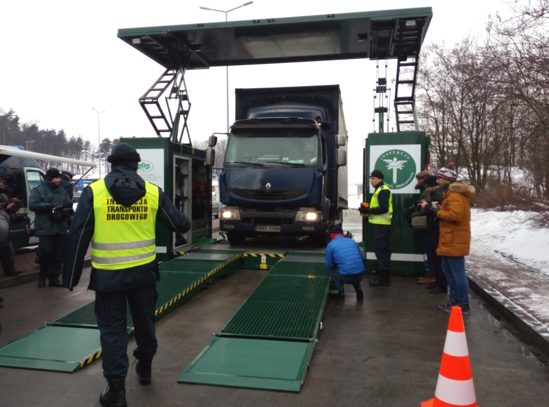 """Inspekcja Transportu Drogowego zyskała w ubiegłym tygodniu trzecią mobilna stację diagnostyczną do szczegółowej kontroli stanu technicznego pojazdów. Nowy sprzęt trafił do """"krokodyli"""" na Śląsku i jest najnowocześniejszy w kraju. Stacja może badać stan wszystkich typów samochodów pojazdów podlegających kontroli ITD: busy, autobusy, ciężarówki, zespoły pojazdów o masie 40 ton, a także taksówki. W kontrolowanym aucie można sprawdzić m.in.: układ kierowniczy i hamulcowy, zawieszenie, poprawność kalibracji tachografu i zawartość spalin. Stacja jest zautomatyzowana i ma własne źródło zasilania. Dzięki specjalnej konstrukcji może zostać rozstawiona nawet w punktach kontrolnych o małej powierzchni. Dwóch pozostałych stacji mobilnych używają inspektorzy z  województw kujawsko-pomorskiego i dolnośląskiego. Fot. ITD/Twitter"""