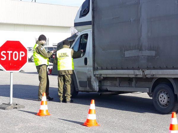 Tymczasowe kontrole na granicach Polski i zakazy jazdy dla niektórych ciężarówek. Wszystko przez dwu