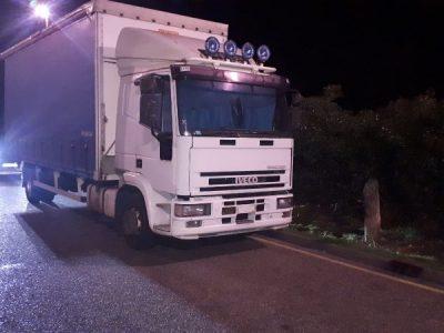 Vairuotojas sutrukdė krovinio iš sunkvežimio vagystę. Ir visa tai dėka kolegų iš automobilių stovėjimo aikštelės pagalbos