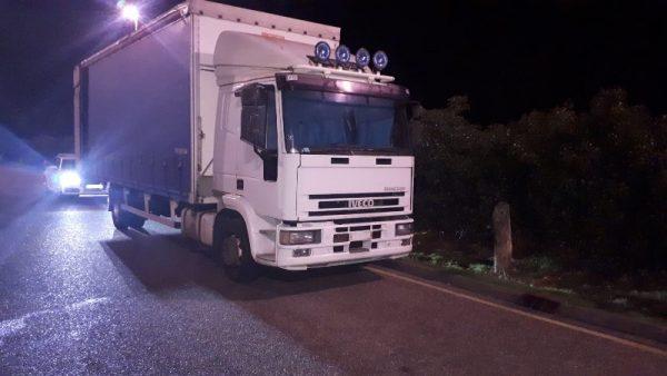 Vairuotojas sutrukdė krovinio iš sunkvežimio vagystę. Ir visa tai dėka kolegų iš automobilių stovėji