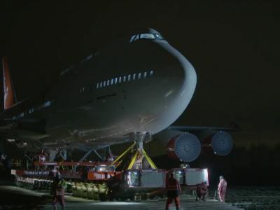 Nekasdieniškas Jumbo Jet lėktuvo transportas. Pasižiūrėkite filmukuose, kaip atrodė jo gabenimas