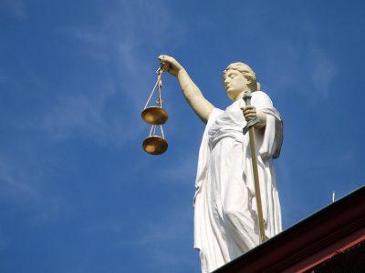 Klauzula zapisu na sąd polubowny w zleceniu transportowym. Jakie skutki ma dla przewoźnika?