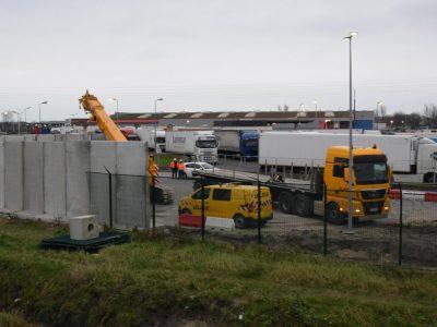 Высокая стена будет окружать автостоянку грузовиков в Кале. Французы, наконец, делают что-то, чтобы улучшить безопасность