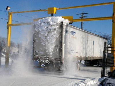 Șofer de camion sancționat pentru că un bloc de gheață a căzut de pe remorca sa