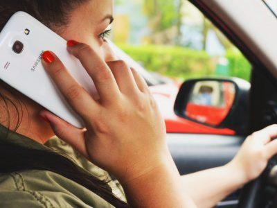 Голландская полиция нашла новый способ на водителей, использующих телефон во время вождения