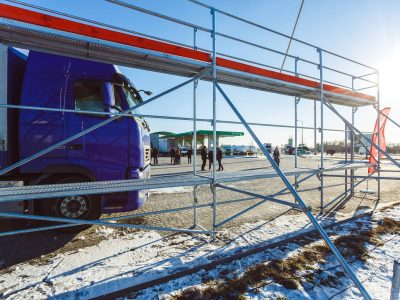 Ryzyko, brak infrastruktury i nieprzystające do rzeczywistości przepisy, czyli odśnieżanie naczep po polsku
