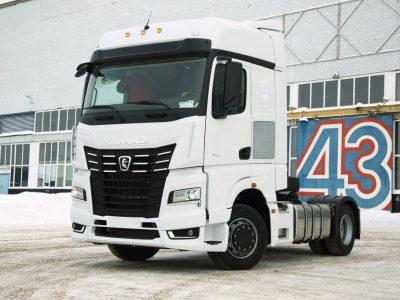 """Pirmasis penktosios kartos """"Kamaz"""" sunkvežimis išvažiavo iš gamyklos. Nuostabios rusiškos technikos kaina – nuo 50 tūkst. Eur"""