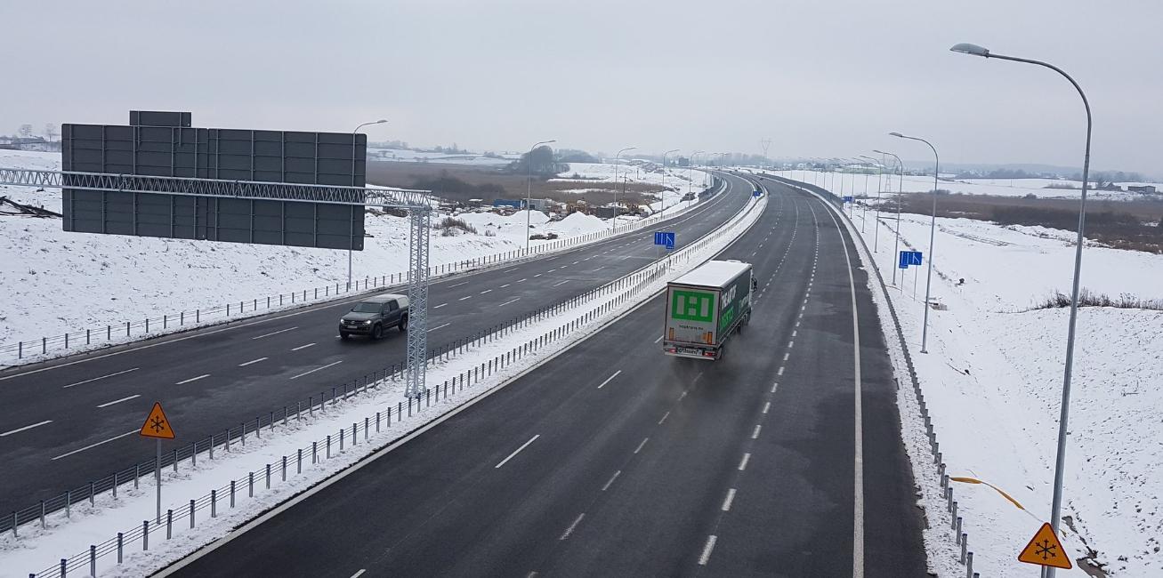 Wczoraj otwarty został fragment południowo-wschodniej obwodnicy Olsztyna. Kierowcy mogą już przejechać 9-kilometrowym odcinkiem między węzłami Olsztyn Wschód i Olsztyn Jaroty, który stanowi część trasy S51. To jednak nie koniec budowy obwodnicy. Na dokończenie czeka jeszcze odcinek między Jarotami a Węzłem Olsztyn Południe, który powinien być gotowy na koniec kwietnia. Dopiero wtedy trasa będzie spełniać swoją funkcję i wyprowadzi część ruchu tranzytowego poza miasto. Fot. GDDKiA Olsztyn