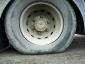 Ciężarówka dachowała po pęknięciu opony. Sprawdź, jak dbać o ogumienie latem