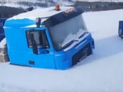 """(Video) Șoferii din Rusia încă luptă cu iarna aspră: Două camioane au fost """"înghițite"""" de zăpadă"""