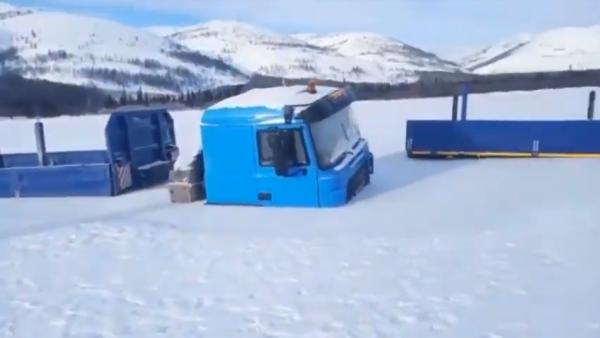 Zima zaskoczyła kierowców w Rosji. Uwięziła im ciężarówki… w rzece