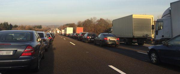 Tūkstančiai Eur nuobaudų dėl gelbėjimo koridoriaus trūkumo po avarijos Vokietijos greitkelyje