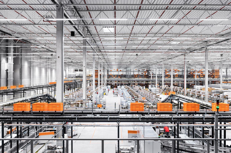 """Centrum logistyczne Zalando w Gardnie pod Szczecinem pracuje już pełną parą. Obiekt o powierzchni 130 tys. mkw wyposażony jest w dwie pięciopoziomowe wieże wysokiego składowania, które mogą pomieścić do kilkunastu milionów sztuk towaru oraz cztery sortery, automatycznie rozdzielające produkty pod każde zamówienie. Pracuje tam blisko 1200 osób.  Jak się dowiedzieliśmy od firmy, """"obiekt może obsługiwać dostawy Zalando do klientów z wszystkich 17 europejskich rynków (obecnie 26 milionów konsumentów)"""". """"Aktualnie skupiamy się na jak najlepszej obsłudze naszych klientów z Polski, krajów skandynawskich i Niemiec, ale także Austrii, Szwajcarii i Czech"""" – podaje firma.  Zalando ma obecnie osiem centrów logistycznych, na pięciu rynkach. W najbliższym czasie planuje otwarcie kolejnych – łącznie będzie ich 11. Będą one w stanie zabezpieczyć sprawną obsługę zamówień na wszystkich 17 rynkach, na których działa Zalando. W Polsce będą trzy centra logistyczne."""