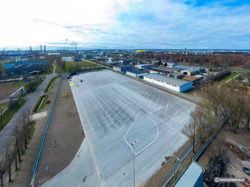 Otwarto pierwszy z czterech, długo wyczekiwanych, parkingów buforowych na terenie Portu Gdańsk. Parking przy ul. Śnieżnej pomieści 62 ciężarówki. Jest ogrodzony, oświetlony i monitorowany. Wjazdy wyposażono w szlabany obsługiwane przez pracowników ochrony. Zadbano o to, by na terenie parkingu znalazła się poczekalnia dla kierowców, prysznice oraz toalety. Co ważne, do czasu aż Port Gdańsk nie wdroży jednolitego systemu awizacji trucków, kierowcy mogą korzystać z nowych miejsc parkingowych bezpłatnie na podstawie awizacji elektronicznej. Koszt inwestycji to 5,5 mln zł. Fot. portgdansk.pl