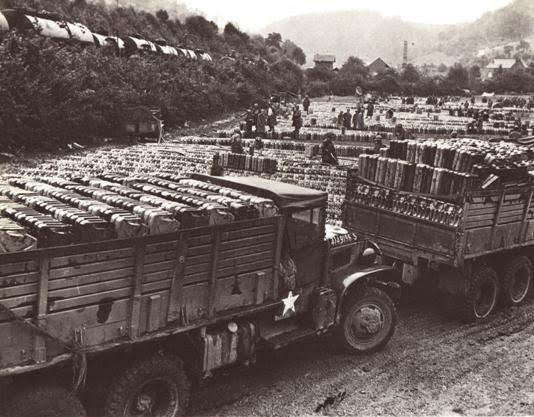 Na pierwszą linie paliwo było przewożone ciężarówkami. Z braku cystern wojsko stosowało modele skrzyniowe i kanistry.