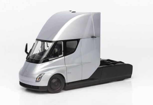 """Elektromobilių gamintojas """"Tesla"""" pristatė dar vieną elektrinio vilkiko Semi versiją. Šį kartą – 1:24 masto modelį. Jis sukurtas griežtai laikantis to paties modelio, kuris buvo naudojamas kuriant vilkiką. Modelis kainuoja 220 Eur."""