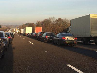 Több ezer euró büntetés a német autópályán, mert a járművezetők nem alakítottak ki mentőfolyosót