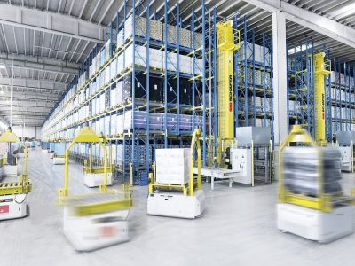 Automated guided vehicles (AGVs) choose the way to their destination by themselves. Logistics 4.0 in practice