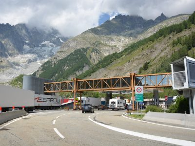 Zakaz ruchu ciężarówek w tunelu Mont Blanc rozszerzony. Zobacz, co się zmieni