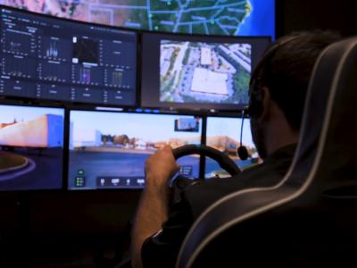 Kilka monitorów i kierownica wystarczą by sterować ciężarówką na odległość. Ta firma to udowadnia