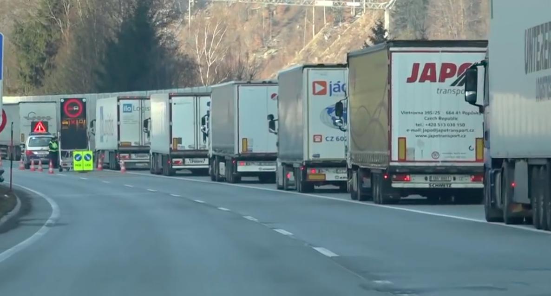 Ogromna kolejka ciężarówek na granicy niemiecko-austriackiej