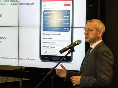 Dane z dowodu rejestracyjnego na smartfonie. Resort cyfryzacji uruchomił mPojazd