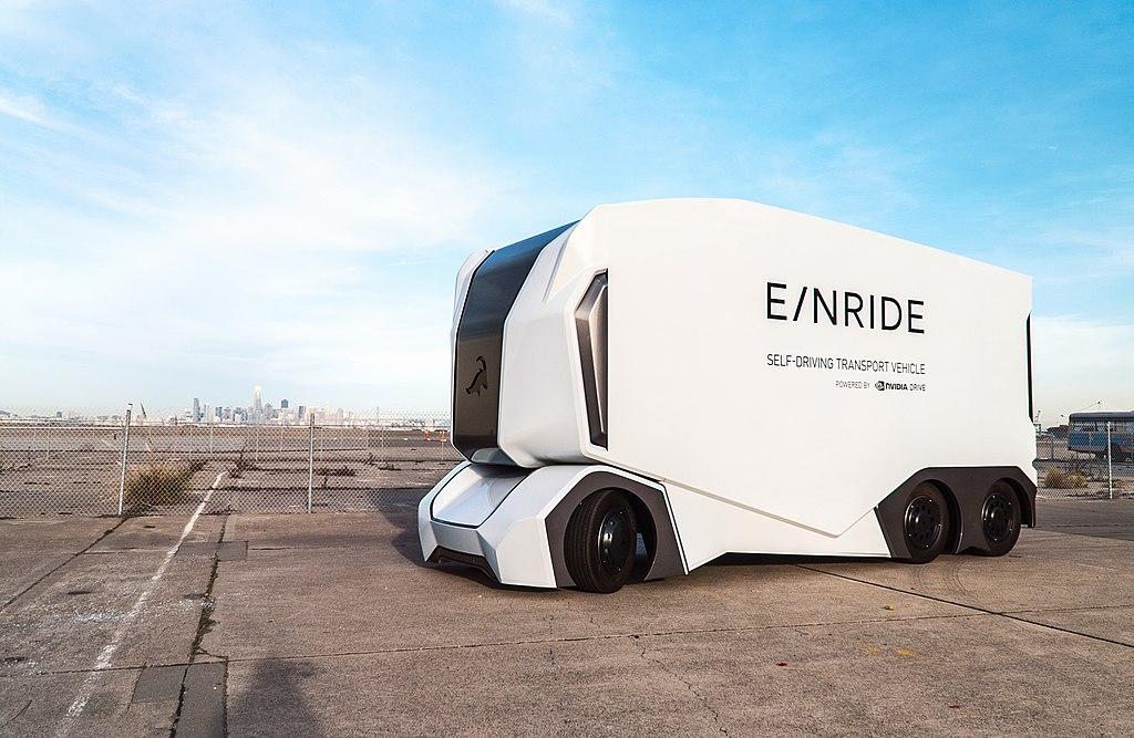 26-тонный автономный грузовик допущен к движению. Безкабинный T-Pod шведского стартапа Einride получил в среду номерные знаки и может ездить по дорогам Швеции. Это первый в истории автономный грузовик, допущенный к использованию на дорогах общего пользования. Из логистического центра DB Schenker в Йёнчёпинге грузовик отправится в  расположенный в 150 км на восток порт Гётеборг (Фото Wikimedia/Linneakornehed CCA-SA 4.0 International)