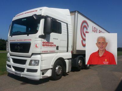 Najstarszy na świecie instruktor jazdy ciężarówką. W wieku 82 lat nadal uczy truckerów