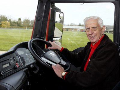 Cel mai bătrân instructor auto din lume încă îi mai învață meserie pe șoferii de camion