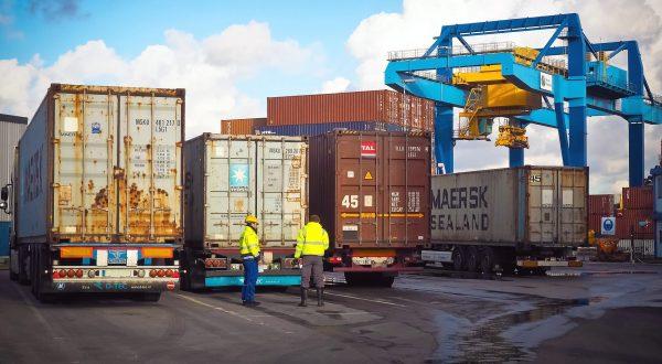 Transport i logistyka kontenerów, czyli jakie limity i ograniczenia warunkują ich przewóz