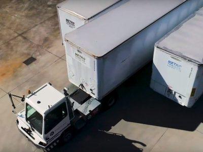 Для дистанционного управления грузовиком достаточно нескольких мониторов и руля. Эта компания это доказывает