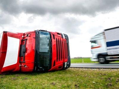 Czy przewoźnik odpowiada za szkody w wyniku przewrócenia ciężarówki przez wiatr? Wyrok niemieckiego sądu
