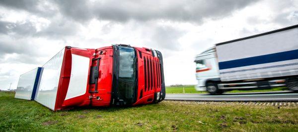 Czy przewoźnik odpowiada za szkody w wyniku przewrócenia ciężarówki przez wiatr? Wyrok niemieckiego