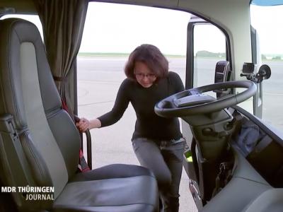 Vokietijos vairavimo mokykla B kategorijos kursantus sodina už sunkvežimio vairo. Taip moko juos supratimo ir pagarbos sunkvežimio vairuotojams