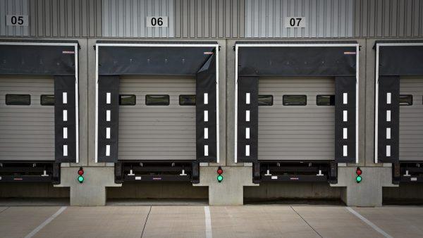 Kierowca ciężarówki ma zostać w kabinie podczas załadunku. Nowe wytyczne jednego z regionów w związk