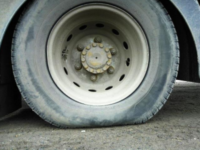 A teherautó felborult a gumiabroncs defektje után. Így kellene gondoskodni a gumikról nyáron