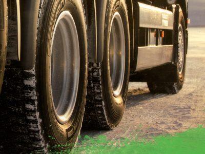 Accident de camion cauzat de explozia unei anvelope. Iată cum să avem grijă de anvelopele camioanelor pe perioada verii