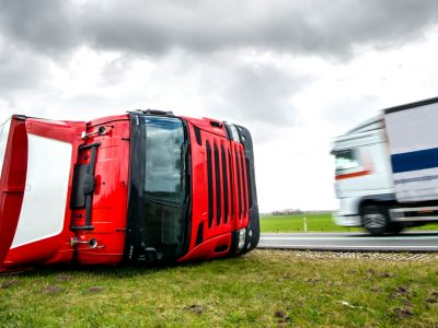 Is the carrier liable for the damage caused by a truck tipping over by the wind? German court's judgment.