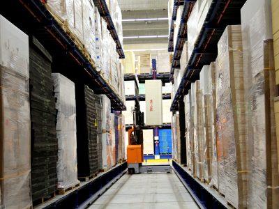 Logistyka 4.0 w praktyce. Mniej miejsca na przechowywanie dzięki systemowi regałów i wózkom bocznym